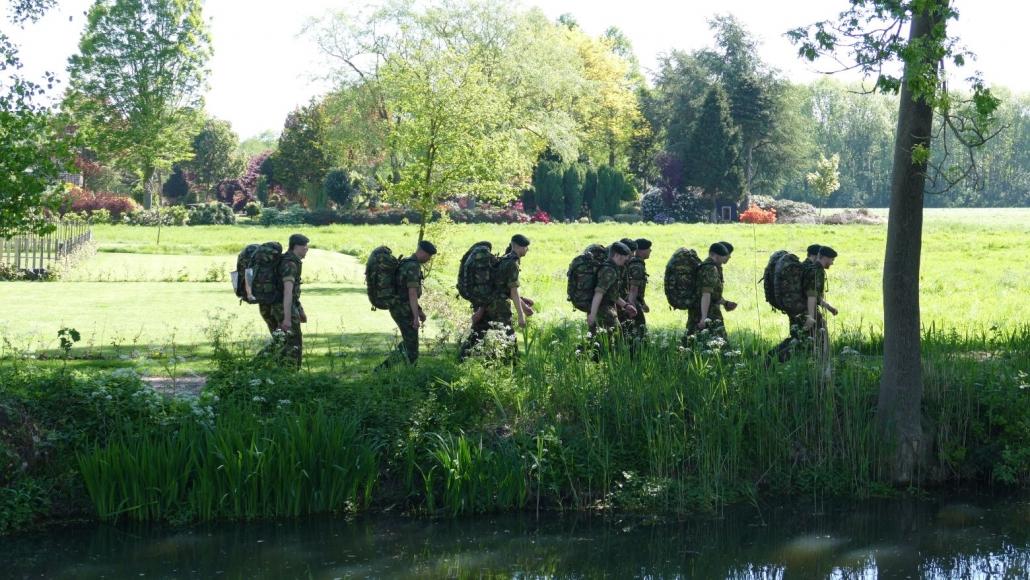 militairen aanwezig bij wandeltocht